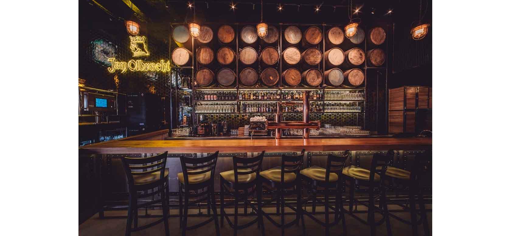 Trabajo realizado con Taburetes de bar en madera de haya Bistro.2. Para hostelería, ambiente 1