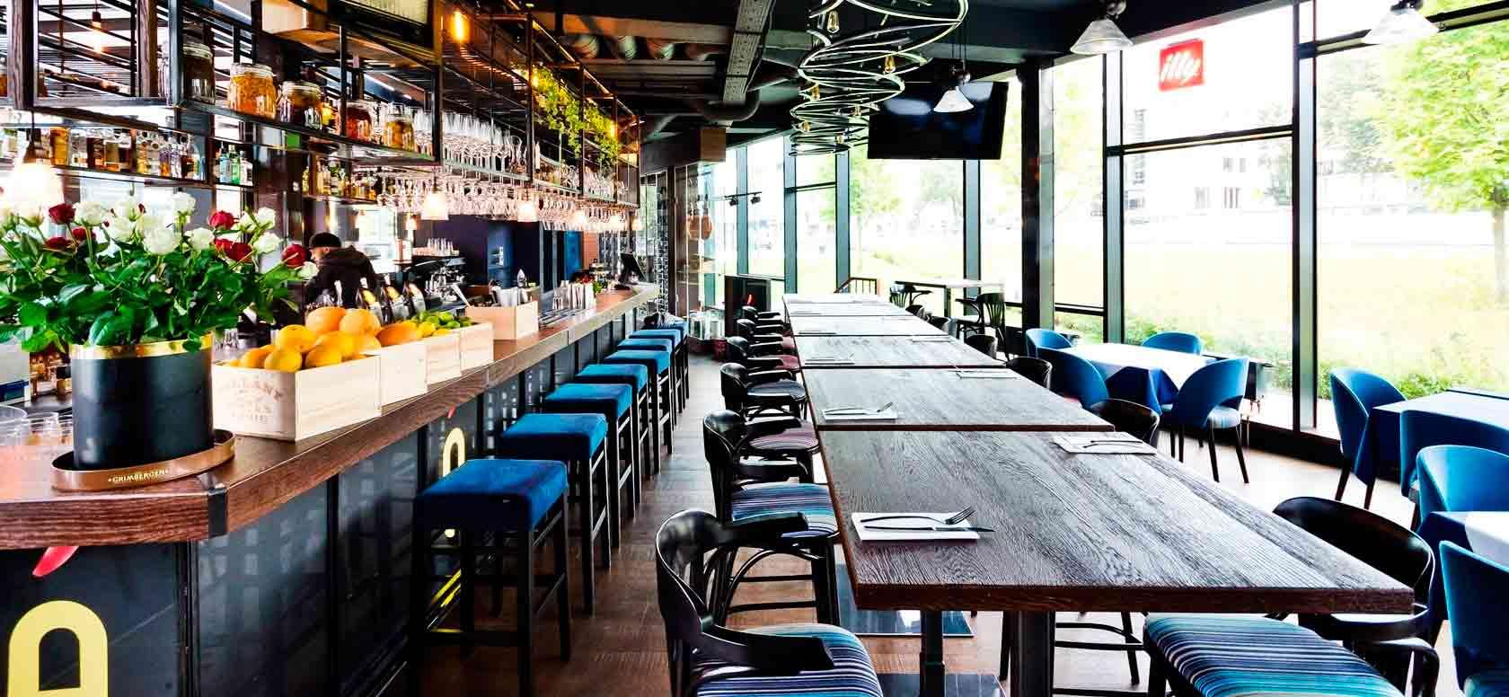 Trabajo realizado con Taburete de bar en madera de haya Comfy. Para hostelería, ambiente 1